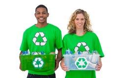 2 жизнерадостных экологических активиста держа коробку recyclables Стоковая Фотография