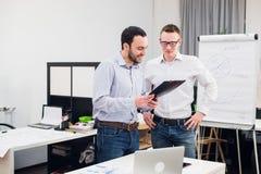 2 жизнерадостных webdesigners стоя на офисе Стоковые Фото