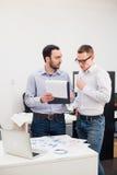 2 жизнерадостных webdesigners стоя на офисе Стоковая Фотография