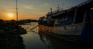 жизни рыболовов на побережье моря стоковые фотографии rf