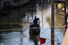 Жизнь вдоль канала и лодочника гребя тайский традиционный небольшой rowboat на канале стоковая фотография