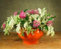 1 жизнь все еще Букет цветков луга в белых баках Стоковые Изображения RF