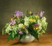 1 жизнь все еще Букет цветков луга в белых баках Стоковая Фотография