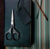 1 жизнь все еще Винтаж тетрадь, ножницы на старой бумаге Конец-вверх Стоковая Фотография RF
