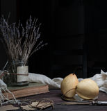 1 жизнь все еще груша, старые книги и пук лаванды на темной предпосылке Стоковое Фото