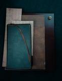 1 жизнь все еще комплект стола, тетради, старые музыкальные листы Конец-вверх Взгляд сверху Стоковая Фотография RF