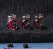 1 жизнь все еще малые опарникы apothecary законсервированных одичалых виноградин Конец-вверх Стоковые Фотографии RF