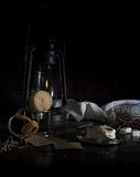 1 жизнь все еще Малый голландец лампа керосина с очищенными лимоном и сахаром на предпосылке темноты деревянного стола Стоковая Фотография RF