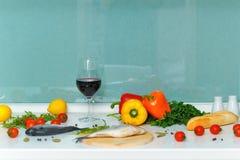 1 жизнь все еще Питание Овощи, хлеб, вино и рыбы Стоковое Изображение