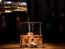 1 жизнь все еще полейте или виски внутри к стеклу Стоковое Изображение RF
