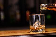 1 жизнь все еще полейте или виски внутри к стеклу Стоковое фото RF