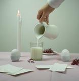 1 жизнь все еще рука континентального завтрака женская льет молоко от кувшина в граненное стекло Стоковое Фото