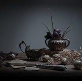 1 жизнь все еще собрание античных серебряных деталей на деревянном столе Черная предпосылка Стоковая Фотография RF