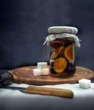 1 жизнь все еще Сладостные домодельные варенье и плодоовощи сливы на деревянном столе Стоковое фото RF