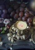 1 жизнь все еще Традиционные восточные помадки на винтажном морокканском подносе Стоковая Фотография RF