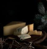 1 жизнь все еще трудный сыр, пук на деревянном столе Черная предпосылка Стоковая Фотография RF