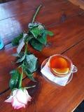 1 жизнь все еще Церемония чая Чашка чаю и лимон На таблице роза Поднял символ хороших настроения и красоты стоковое фото rf