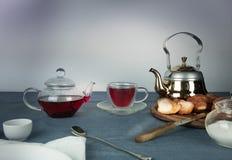 1 жизнь все еще чай гибискуса, плюшки на голубой скатерти Стоковое Изображение RF