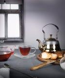 1 жизнь все еще чай гибискуса, плюшки на окне предпосылки Стоковая Фотография