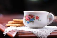 1 жизнь все еще Чашка, печенье, салфетка на таблице Стоковые Фотографии RF