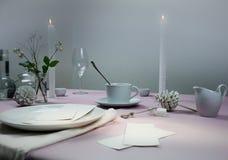 1 жизнь все еще шикарная таблица установки скатерть, свечи, античный фарфор - чашка, поддонник Стоковая Фотография