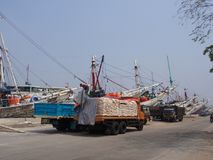 Жизнь в Pasar Ikan и Muara Karang, историческом рыбном базаре Джакарты Перемещение в Джакарте, столица Индонезии 4-ое октября 201 стоковая фотография