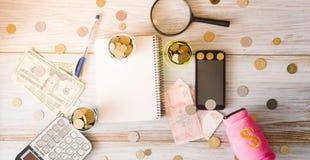 жизнь дела все еще Калькулятор, блокнот, счеты на деревянной предпосылке владение домашнего ключа принципиальной схемы дела золот Стоковая Фотография RF
