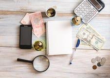 жизнь дела все еще Калькулятор, блокнот, счеты на деревянной предпосылке владение домашнего ключа принципиальной схемы дела золот Стоковые Изображения