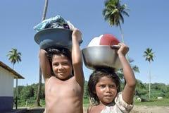 Жизнь индийских детей, река деревни кокосов, Никарагуа Стоковое фото RF