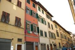 Жизнь итальянской улицы Белье было высушено на окнах, штарки было сохранено для того чтобы защитить дом от нашествия стоковые фотографии rf