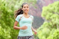 Жизнь идущей тренировки бегуна женщины живя здоровая Стоковые Фото
