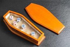 Жизнь концепция игры Кость в гробе, играя в азартные игры наркомании стоковое фото
