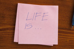 Жизнь написана на примечании Стоковая Фотография