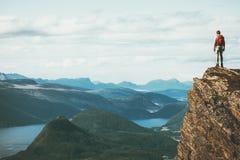 Жизнь на путешественнике края на горах скалы стоковое фото rf