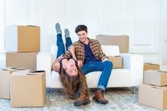 жизнь новая Пары в влюбленности двигая и держат коробку в его руках и Стоковые Изображения RF