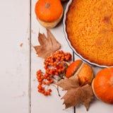 жизнь осени все еще Домодельный пирог тыквы на официальный праздник в США в память первых колонистов Массачусетса Стоковые Изображения RF