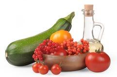 жизнь осени все еще Сезон цукини сбора, красных и желтых томатов, ягод золы горы и ягод калины Стоковые Изображения