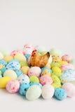 жизнь пасхи все еще Диаграмма курицы сидя на покрашенные яичка Стоковое фото RF
