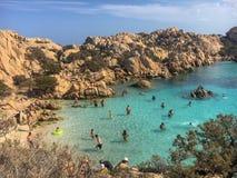 Жизнь пляжа на Spiaggia Cala Coticcio Стоковое Изображение