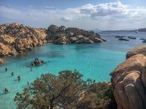 Жизнь пляжа на Spiaggia Cala Coticcio Стоковая Фотография