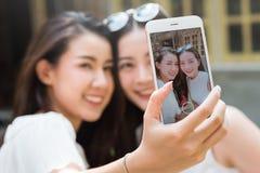 Жизнь подростков поколения y висит вне в пользе кофейни умной стоковые изображения