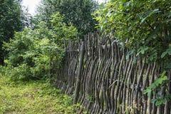 жизнь сельская Загородка от переплетаннсяых ветвей и хворостин и ветви Стоковое Изображение
