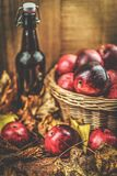 Жизнь силла осени - тыква, яблоки, грецкие орехи и листья на черной предпосылке Стоковое Изображение RF