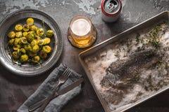 Жизнь силла с рыбами, ростками Брюсселя и пивом на каменном взгляд сверху предпосылки Стоковая Фотография