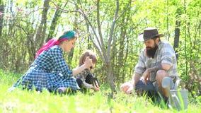Жизнь страны - американская жизнь фермы Родители учат младенцу Ретро фермеры семьи Родители учат младенцу Ферма Eco для семьи сток-видео