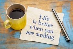 Жизнь лучшая когда вы усмехаетесь стоковое фото rf