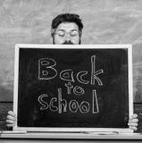 Жизнь школы полная стресса Учитель peeking из классн классного Воспитатель пряча за классн классным Начало вспугнутое человеком стоковые фото
