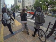Жизнь японца в расслабляющих дне и погоде, они используют основу велосипеда стоковое изображение rf