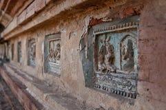 Жизнь Buddhas в сбросах на виске Стоковые Фотографии RF