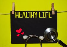ЖИЗНЬ HEALTY поверх желтой предпосылки Медицинские стоковое фото